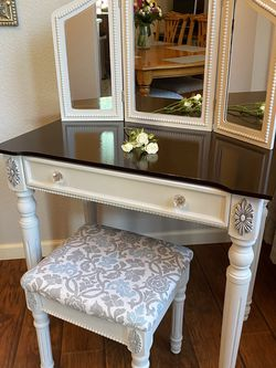 Vanity With Mirror And Stool for Sale in Manteca,  CA