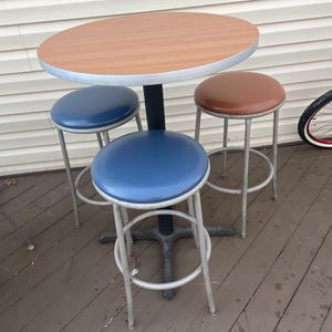 Bar stool And table for Sale in Woodbridge, VA