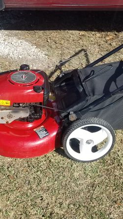 Craftsman Push Lawnmower Stars Up Easily and Runs Great Comes With Bag Try it Before for Sale in Houston,  TX