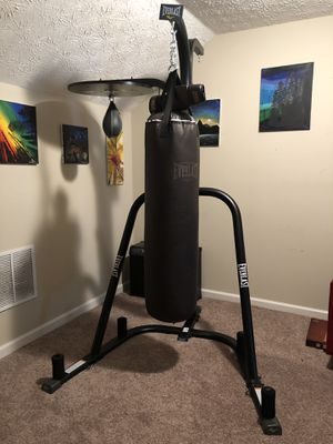 Everlast punching bag and stand for Sale in Sugar Hill, GA