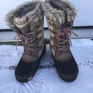 New Pair Of Women's Khombu Thermolite Winter Snow Boots, Size 9M for Sale in Haverhill, MA
