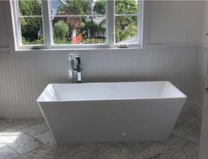 "White tub new in box 67""x31.5"" comes with center drain and over flow serious buyers pick up Sherman Oaks for Sale in Los Angeles, CA"