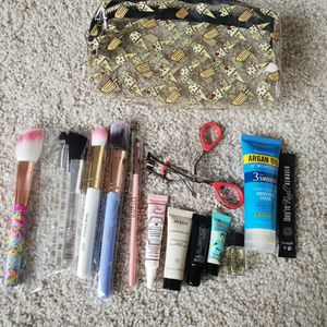Makeup Bag with brushes and samples! for Sale in Chicago, IL