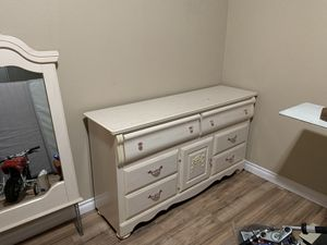 Dresser with mirror for Sale in Sumner, WA