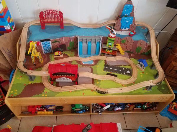 KIDKRAFT Grand Central Station Train Set /& Table 18007