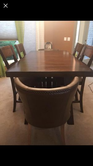 Value city farmhouse counter height dining table with 4 counter height stools for Sale in Fort Wayne, IN
