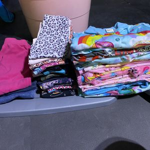 Free Little girls Size 6 Pants(hopefully for Someone In Need) for Sale in Sun City, AZ