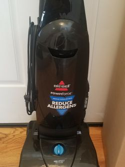 BISSEL vacuum With COMPLETE ATTACHMENTS , AMAZING POWER SUCTION , WORKS EXCELLENT for Sale in Auburn,  WA