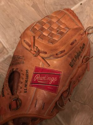 Vintage rawling baseball glove (autographed ) for Sale in Florissant, MO