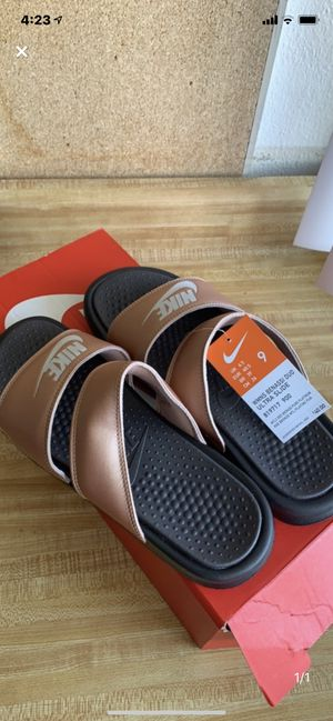 Nike slides women's size 9 for Sale in Fullerton, CA