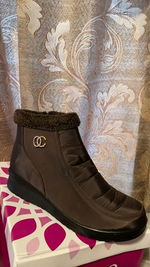Snow boots for women for Sale in Cudahy, CA