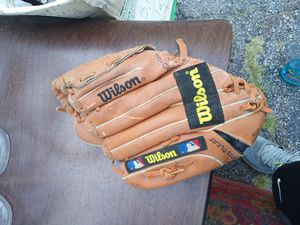 Baseball glove for Sale in Elyria, OH