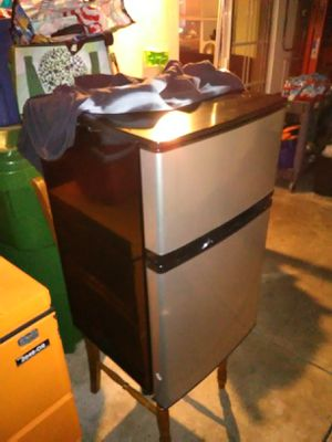 Insignia 3.0 cubic ft mini fridge/freezer for Sale in Artesia, CA