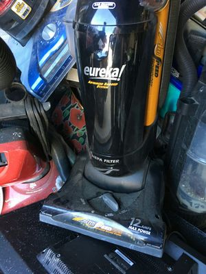 Eureka vacuum cleaner black and yellow for Sale in Houston, TX