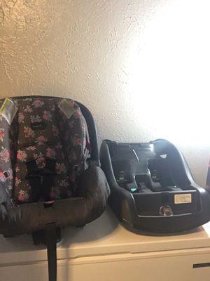 Baby girl car seat for Sale in Arlington, TX