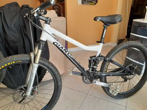 26 inch Giant mountain bike full suspension is medium frame for Sale in Las Vegas, NV