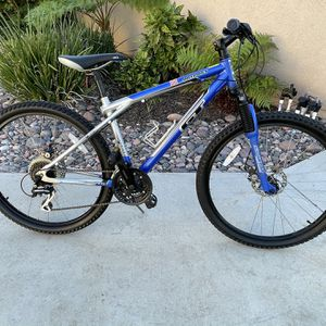 "GT Outpost 24-speed 26"" Tires with Disc Brakes Mountain Bike Small Frame for Sale in Lakeside, CA"