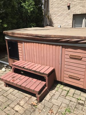 8 person hot tub - FREE for repair or parts for Sale in Addison, IL