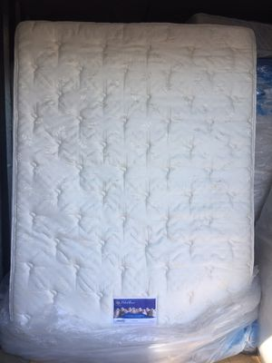 Queen mattress in excellent condition for Sale in Hialeah, FL