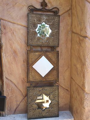 WALL MIRROR/DECOR LIKE NEW for Sale in Las Vegas, NV