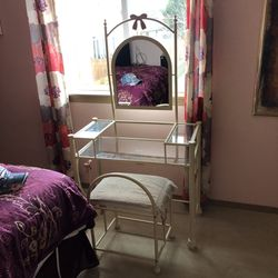 Vanity Desk and Chair For Kids for Sale in Vancouver,  WA
