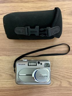 Pre owned Fujifilm digital camera comes with memory card and carrying case for Sale in Palm Beach Gardens,  FL