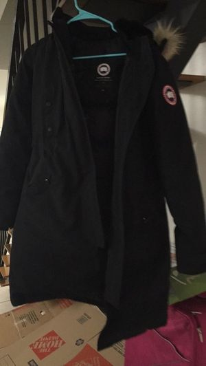 Canada goose women's Black Large Kensington Parka w/detachable coyote fur trimmed hood for Sale in Miami, FL
