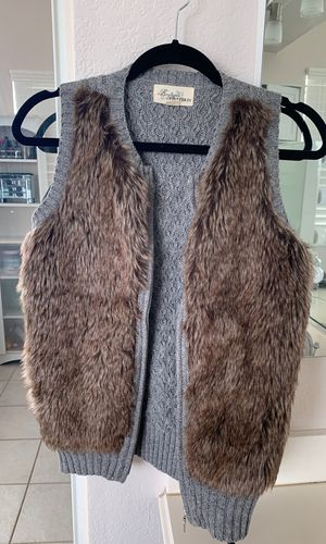 FOREVER 21 size small fur vest for Sale in Rancho Cucamonga, CA