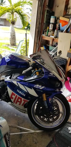 2009 yamaha r1 Valentino rossi edition motorcycle 7,500 miles for Sale in Pembroke Pines, FL