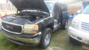 GMC YUCON 2004 parts only motor y trasmisión en buenas condiciones for Sale in Irving, TX