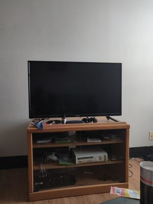 Hitachi 40 inch TV with TV stand for Sale in St. Louis, MO