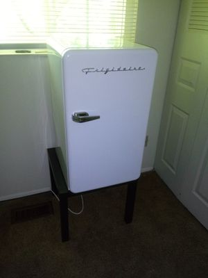 Frigidaire mini fridge for Sale in Painesville, OH