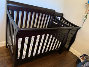 Sorelle crib with drawers and changing table for Sale in Holmdel, NJ