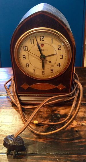 Antique General Electric wooden clock, doesn't work for Sale in Alexandria, VA