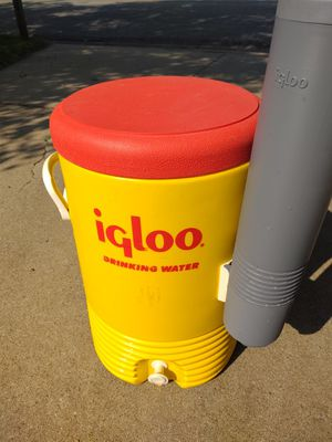 IGLOO 5 Gallon Industrial Water Cooler w/Cup Dispenser and 1000 Cups, Used for Sale in Newton, KS