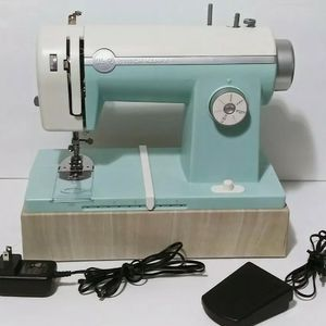 We R Memory Keepers Sewing Machine for Sale in Hallandale Beach, FL