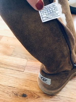UGG girls boots sz 4 for Sale in Schaumburg, IL