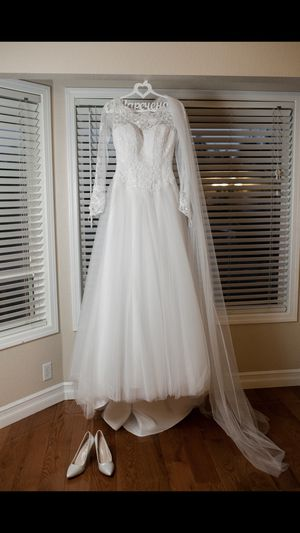 Beautiful Wedding Dress size 4 - 6 obo for Sale in Lynnwood, WA