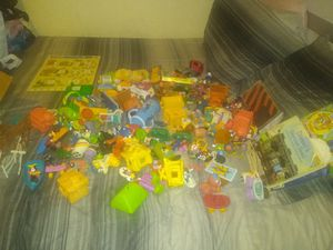 Free box of random mixed miscellaneous figurines, couple of books for Sale in Pico Rivera, CA