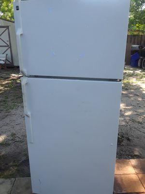 Médium refrigerator Works well for Sale in Fort Pierce, FL