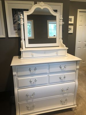 5-drawer white Dresser w/ Tilted Mirror for Sale in Issaquah, WA
