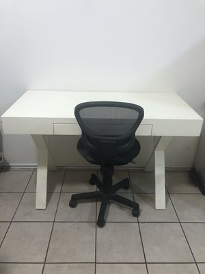 White desk with chair for Sale in Los Angeles, CA