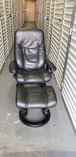 LEATHER RECLINER AND OTTOMAN LIKE NEW for Sale in Boca Raton, FL