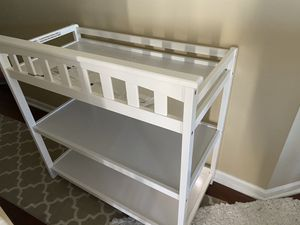 Kid Kraft London white wooden baby changing table- Like new! for Sale in Pompano Beach, FL