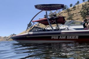 1990 pro am skier. Boat has new floor, carpet, upholstery, 2,500 watt system, sound stream tower speakers, new tires on the trailer, new carburetor, for Sale in Dinuba, CA
