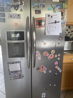 Frigidaire 25.5-cu ft Side-by-Side Refrigerator with Ice Maker (EasyCare Stainless Steel) for Sale in Port St. Lucie,  FL