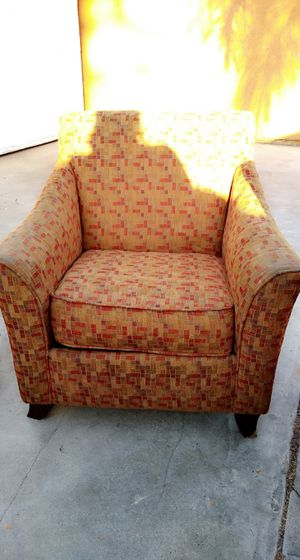 2 Free comfy matching chairs for Sale in Bell Gardens, CA