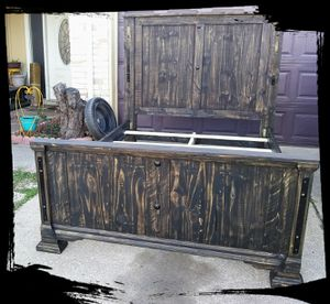 QUEEN SIZE RUSTIC BED FRAME REAL WOOD W METAL DESIGN EXCELLENT CONDITIONS for Sale in Grand Prairie, TX
