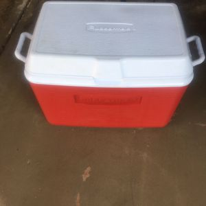 Rubbermaid Cooler Medium Size for Sale in Scottsdale, AZ