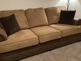 Couch/matching Love Seat/+8 Matching Pillows!! for Sale in Spring Hill,  TN